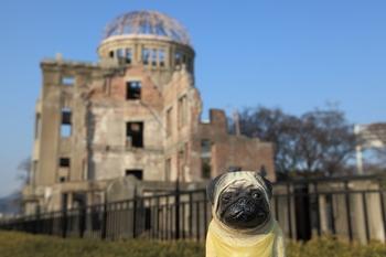 原爆ドームとくんぺい正面